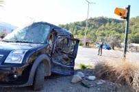 SAĞLIK EKİPLERİ - Göcek'te Kamyonla Otomobil Çarpıştı; 1 Yaralı
