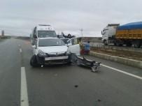 AFYON KOCATEPE ÜNIVERSITESI - Kamyon Otomobile Çarptı Açıklaması 3 Yaralı