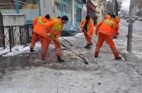 HALITPAŞA - Kars Belediyesi Kaldırım Ve Caddelerin Buz Ve Karını Temizliyor