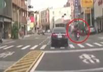 MOTOSİKLET SÜRÜCÜSÜ - Motosiklet Bisikletli Kadına Böyle Çarptı