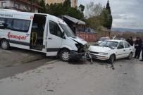 SAĞLIK EKİPLERİ - Servis Minibüsü Otomobille Çarpıştı Açıklaması 1 Yaralı