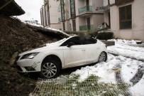 ELEKTRİK DİREĞİ - 7 Metre Yüksekliğinde Duvar Otomobilin Altında Kaldı