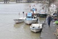 BALIKÇI TEKNESİ - Balıkçı Tekneleri Fırtına Çayda Mahsur Kaldı