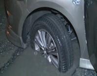 YÜKSEK GERİLİM - İstanbul'da Araçlar Belediyenin Kapatmadığı Çukura Düştü