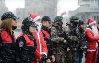 TEMİZLİK GÖREVLİSİ - Taksim'de Güvenliği 'Noel Baba'lar Sağlayacak
