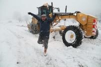 CANKURTARAN - 3 Gün Karda Mahsur Kalan Çobanlar, Kurtuluşlarını Zeybek Oynayarak Kutladı