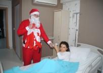 NOEL - Hastanede Yatan Çocukların Hediyelerini Noel Getirdi