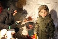 MANGAL KEYFİ - Yılbaşı Öncesi Uludağ'da Kar Üstünde Mangal Keyfi