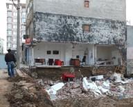 BANDIRMA BELEDİYESİ - Bandırma'da Binanın Yan Duvarı Çöktü
