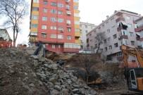 İŞ MAKİNESİ - Maltepe'de Göçük, 7 Katlı Bina Boşaltıldı