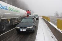 BOLU DAĞı - Bolu Dağı'nda Kar Yağışı Ve Sis Etkili Oldu