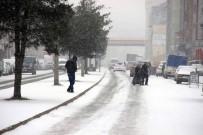 LASTİK TAMİRCİSİ - Karabük'te Kar Sürücülere Zor Anlar Yaşattı