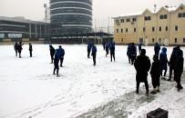KARDEMIR KARABÜKSPOR - Karabükspor Kar Altında Çalıştı