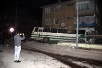 SERVİS OTOBÜSÜ - Otobüs Duvarı Yıkarak Bahçeye Girdi