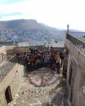 BAYRAM HAVASI - Suriyeli Miniklere Otostopla Oyuncak Götürdüler