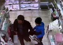KÜÇÜK ÇOCUK - Çocuğa Hırsızlık Yaptırırken Güvenlik Kameralarına Yakalandılar