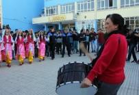 GÜVENLİK ÖNLEMİ - Kadın Davulcu Çaldı, Polis Ve Öğrenciler Halay Çekti