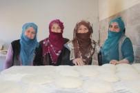 GÜNEŞ ENERJİSİ - Kadınlar İmece Usulü Ekmek Pişiriyor