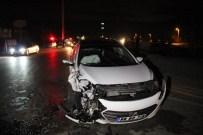 Otomobille Belediye Otobüsü Çarpıştı Açıklaması Üç Yaralı
