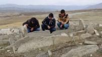 BARAJ KAPAKLARI - Sular Çekilince Mezarlarını Ziyaret Ediyorlar