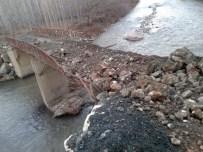 İNLICE - Dağdan Kopan Kaya Parçası Köprünün Üzerine Düştü