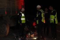 MEHMET KARATAŞ - Otomobil TIR'a Çarptı Açıklaması 1 Ölü, 2 Yaralı