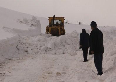 Elazığ'da Kar 45 Köy Yolunu Kapattı