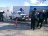 MEHMET UYANıK - Otomobiller Çarpıştı Açıklaması 1 Yaralı