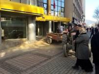 HAYVAN DIŞKISI - Traktörüne Yüklediği Gübre Ve Kumu Kurum Binalarının Önüne Döktü