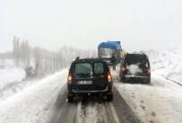 MAHSUR KALDI - Kar Yağdı Sürücüler Mahsur Kaldı