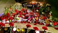YAYA KALDIRIMI - Kızılay'daki Saldırıda Ölenlerin Anısına Karanfil Bırakıldı