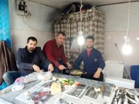 BALIK EKMEK - Balık Satıcısından Müşterilere Pişmiş Balık İkramı