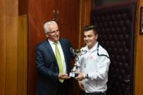 MUSTAFA İSMAIL - Şampiyon Öğrencilerden Oğuz'a Ziyaret