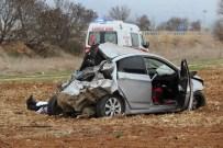 CENAZE ARABASI - Otomobil Tarlaya Uçtu Açıklaması 1 Ölü, 2 Yaralı