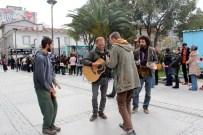 SOKAK SANATÇILARI - Ukrayna'dan Gelip Kuyruktakiler Sıkılmasın Diye Müzik Yaptılar