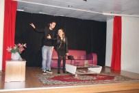 Burhaniye'de Üniversiteli Gençlerden Tiyatro Gösterisi