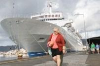 HERAKLION - Sezonun İlk Turisti Denizden Geldi