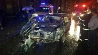 İSTANBUL YOLU - Islak Yolda Virajı Alamayan Otomobil Halk Otobüsüyle Çarpıştı Açıklaması 5 Yaralı