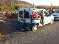 YUNUSLAR - Kamyonla Hafif Ticari Araç Çarpıştı Açıklaması 6 Yaralı