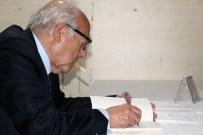 SABİH KANADOĞLU - Ünlü Hukukçu Kitaplarını Ağzında Sigarasıyla İmzaladı