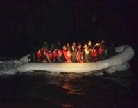 MAHSUR KALDI - Tekne Motoru Bozulan Kaçakların İmdadına Sahil Güvenlik Yetişti