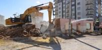 MEHMET GÜNER - Engelsiz Park Projesi'ne Engel İki Metruk Ev Yıkıldı
