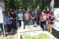 MUSTAFA ERTUĞRUL - AÜ Öğrencileri Mustafa Ertuğrul'un Kabrini Ziyaret Etti