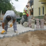 CAMİ BAHÇESİ - Gazipaşa'daki Cami Ve Mezarlıklar Parke İle Kaplanıyor