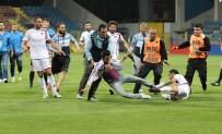 ÖZEL GÜVENLİK - Karabük'te Futbolcudan Taraftara Tekme