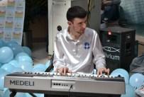 Otizmli Gencin Müzik Becerisi Dinleyenleri Hayran Bıraktı