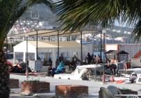 Yakalanan Mülteciler Gelen Mültecileri Seyretti