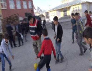Yüksekova'da çocukların askerle futbol keyfi