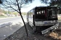 SERVİS OTOBÜSÜ - Uşak'ta Servis Otobüsü Kazası; 3 Yaralı