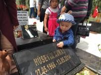 Madenci Dedesinin Ve Amcasının Mezarını Elleriyle Yıkadı